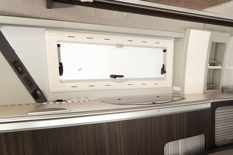 断熱性の高いアクリル二重窓を標準装備
