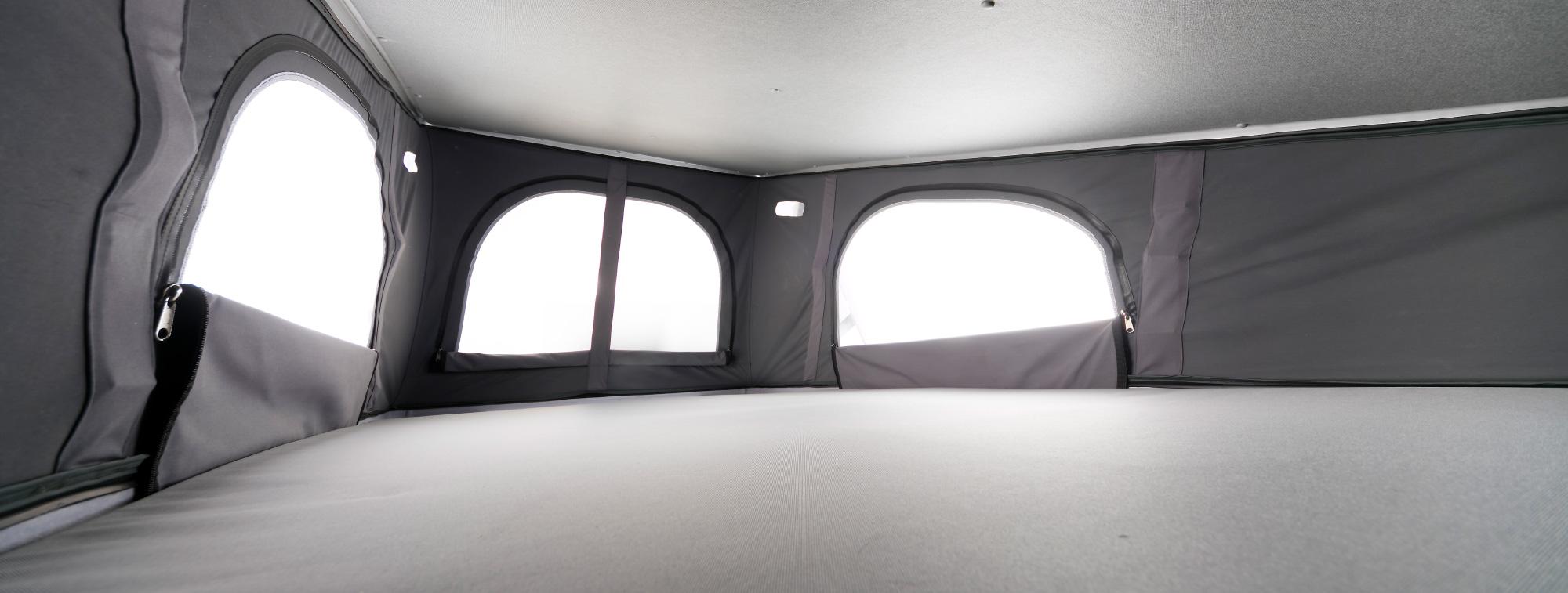 大きな窓が付いたルーフテントは 大人2人がゆったりと寝られる余裕のサイズ。